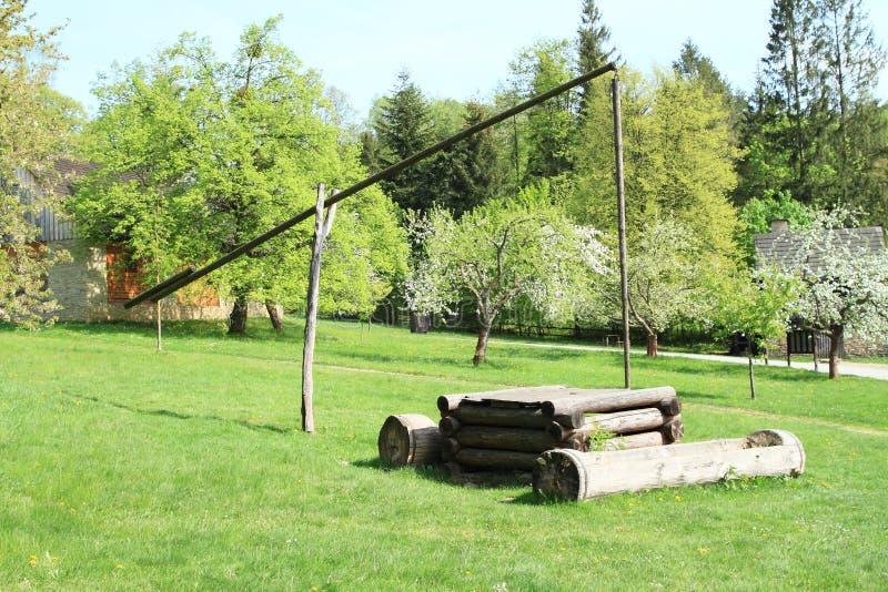 Interrup??o de madeira na vila com casas suportadas imagem de stock