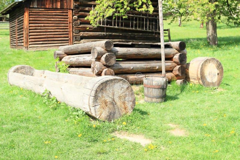 Interrup??o de madeira na vila com casas suportadas imagem de stock royalty free