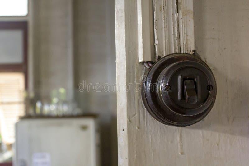 Interrupteurs de lampe démodés sur le mur photos libres de droits