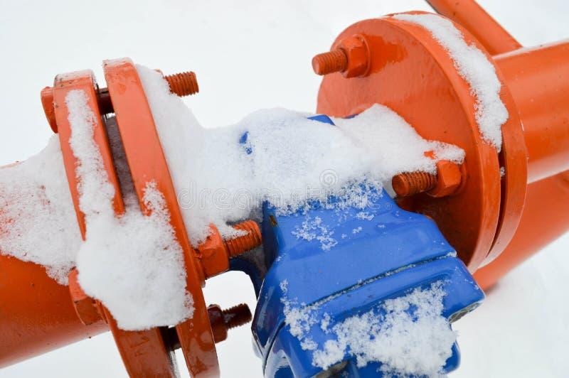 Interruption industrielle réglant la valve noire protectrice de garnitures de tuyau pour s'ouvrir, se fermant sur un tuyau orange photos libres de droits