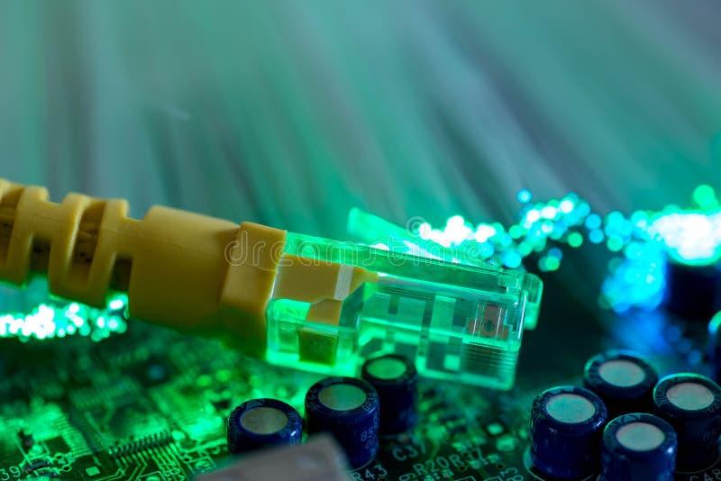 Interruptor amarelo do Internet no fim da placa de circuito do computador acima do tiro macro fotos de stock