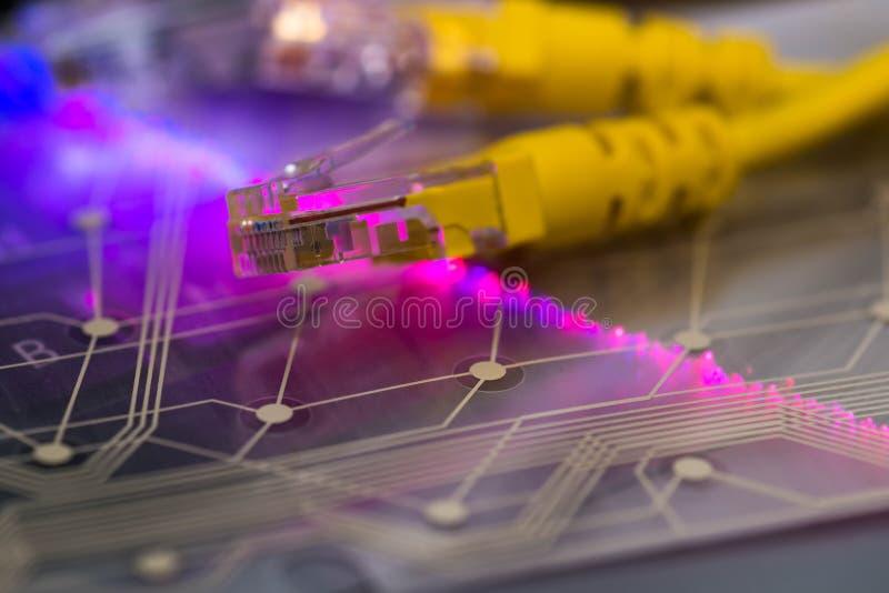 Interruptor amarelo do Internet, placa de circuito plástica, fibras óticas de incandescência no teclado do portátil fotos de stock