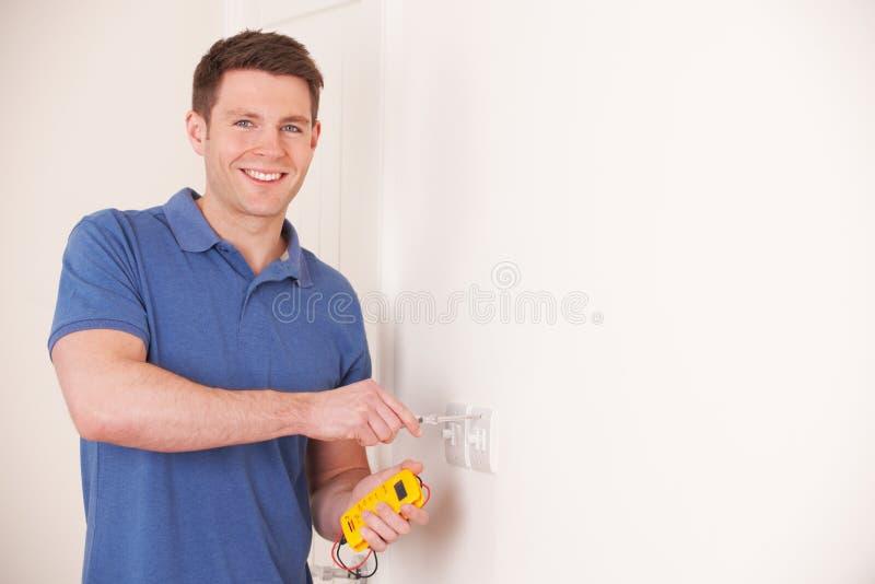 Interruptor bonde de Checking Wiring On do eletricista foto de stock
