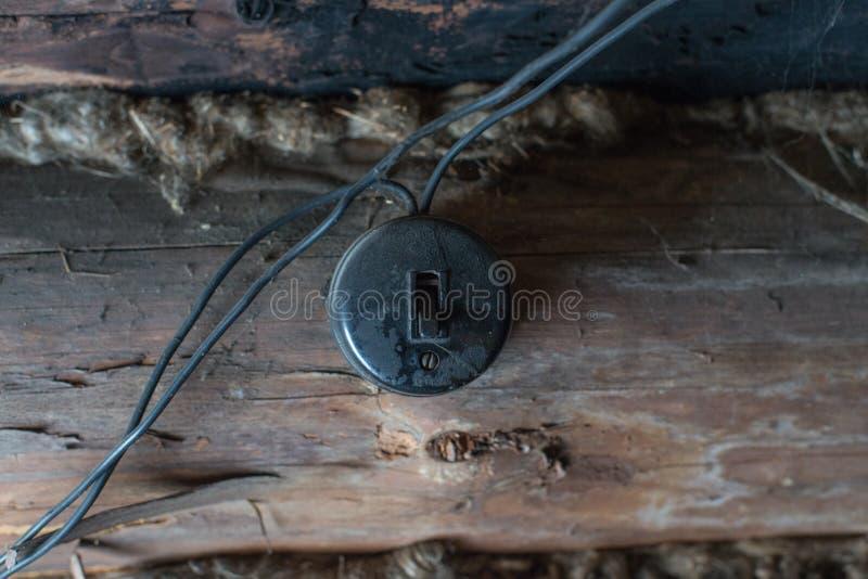 Interruptor bonde velho em uma parede de madeira fotografia de stock royalty free