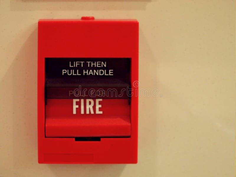 Interruptor da caixa do alarme de incêndio do quadrado vermelho na parede de creme fotografia de stock royalty free