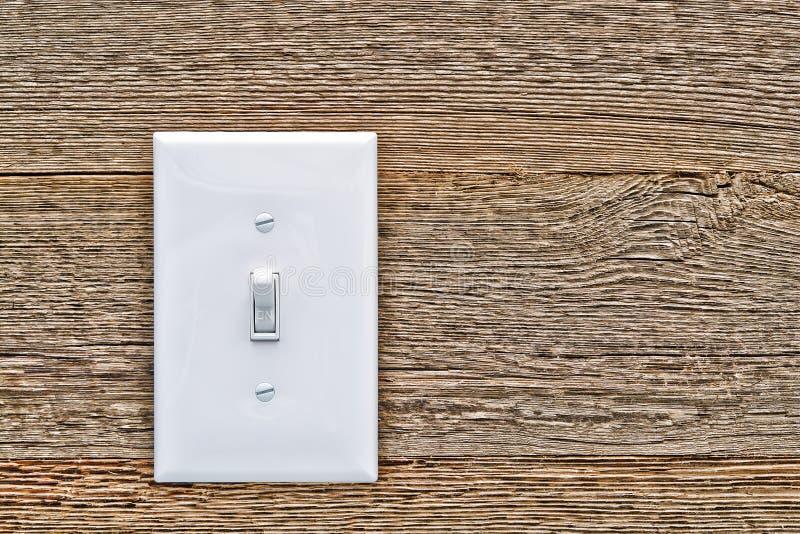 Interruptor de la luz eléctrica de la casa en la posición de trabajo en la madera foto de archivo