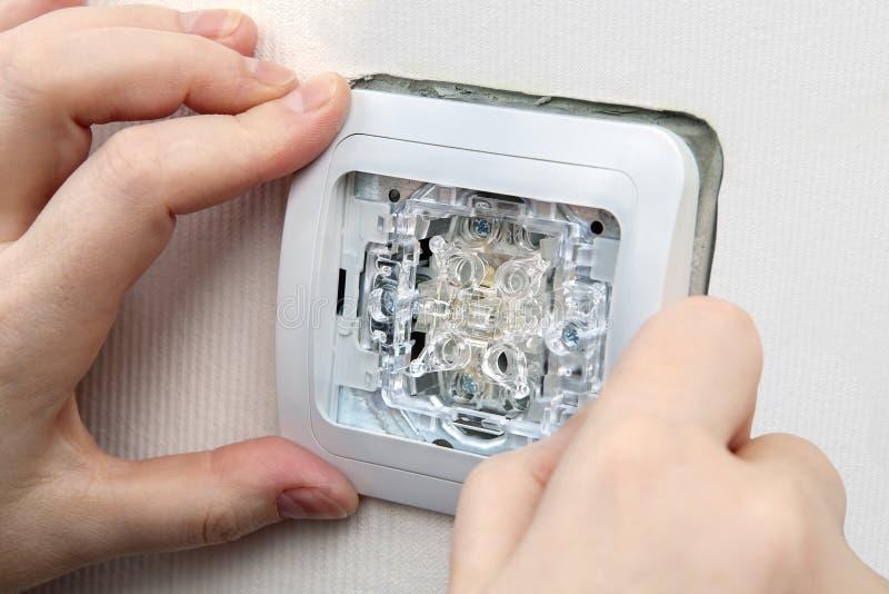 Interruptor de la luz eléctrico del soporte del primer en la caja de la pared imágenes de archivo libres de regalías