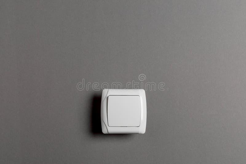 Interruptor de la luz en una pared gris fotos de archivo libres de regalías