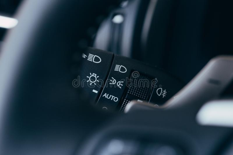 Interruptor de la se?al de vuelta Detalle del interior del coche imagenes de archivo