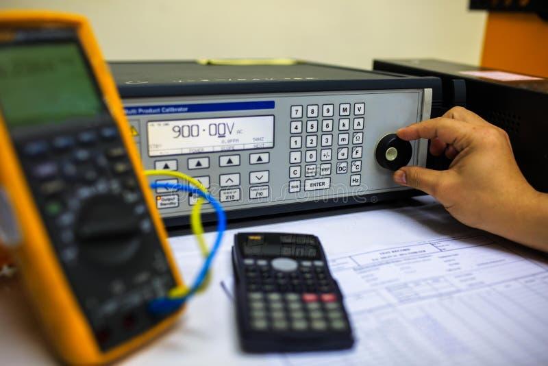 Interruptor de la vuelta del técnico del calibrador multi de la precisión para el multímetro de la calibración imagen de archivo libre de regalías