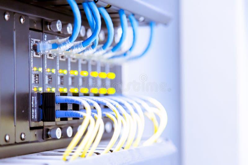 Interruptor de rede e cabos ethernet, conceito do centro de dados imagens de stock