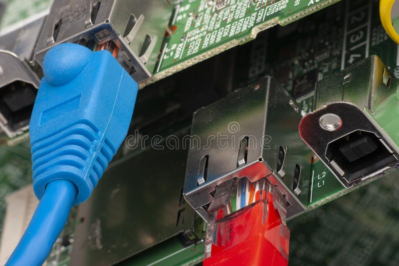 Interruptor de rede e cabos ethernet, fim acima do tiro macro na placa de circuito do computador imagens de stock
