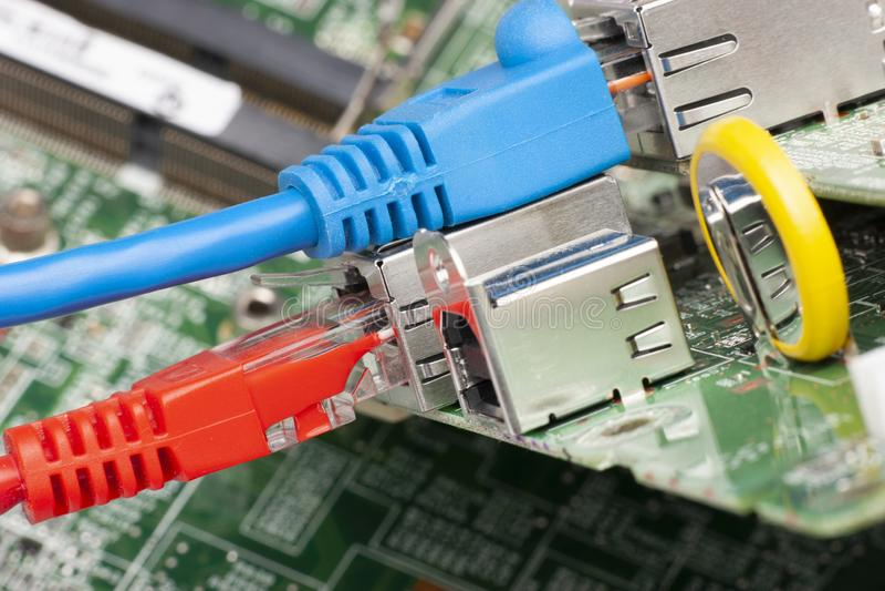 Interruptor de rede e cabos ethernet, fim acima do tiro macro na placa de circuito do computador foto de stock royalty free