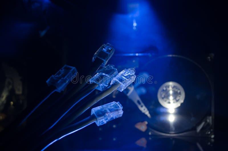 Interruptor de rede e cabos ethernet, símbolo de comunicações globais A rede colorida cabografa no fundo escuro com luzes e smo imagens de stock