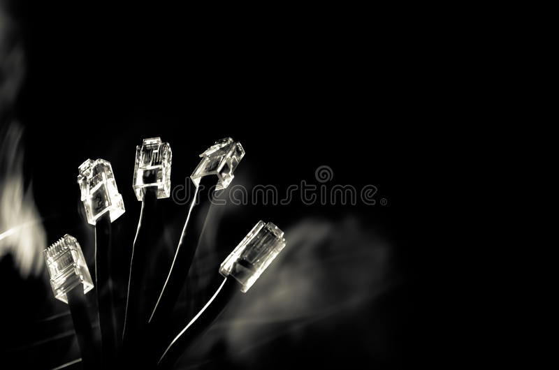 Interruptor de rede e cabos ethernet, símbolo de comunicações globais A rede colorida cabografa no fundo escuro com luzes e smo fotografia de stock