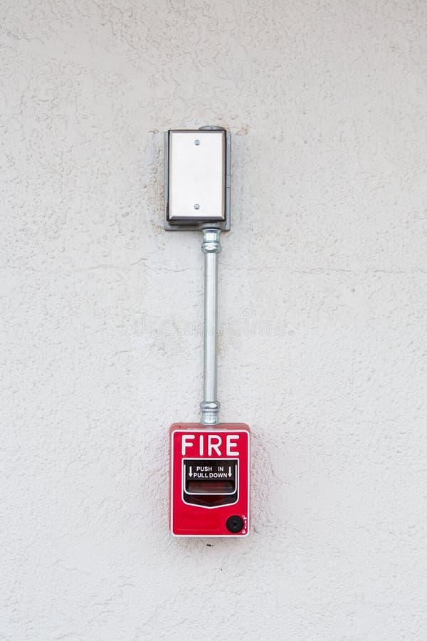 Interruptor do alarme de incêndio na parede branca fotos de stock