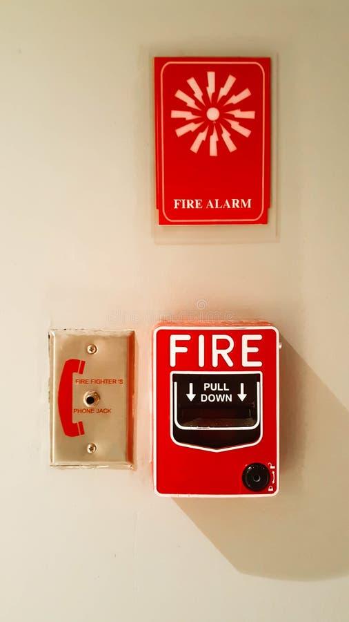 Interruptor do alarme de incêndio na parede imagens de stock