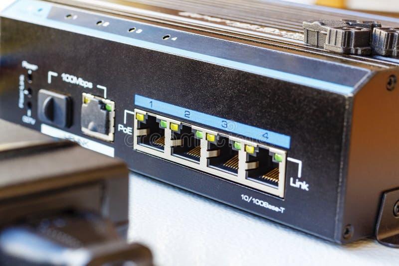 Interruptor dos ethernet do ponto de entrada instalado na placa de montagem foto de stock