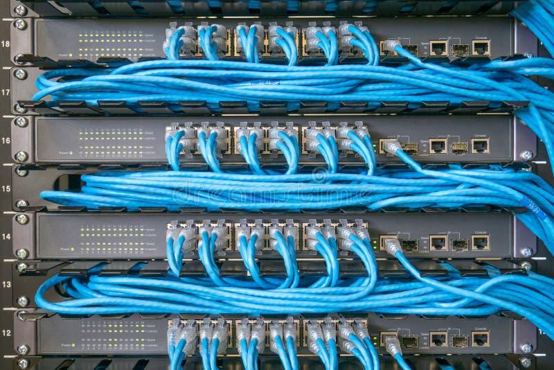 Interruptor e cabos ethernet de rede imagens de stock