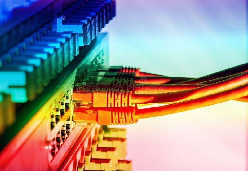 Interruptor e cabos ethernet de rede foto de stock