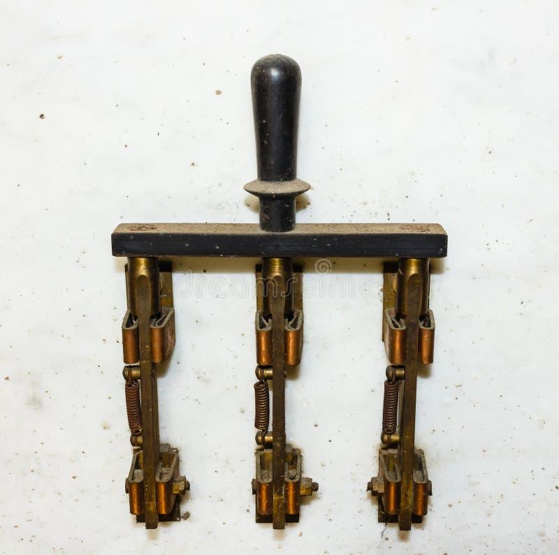 Interruptor geral antigo para interromper a corrente elétrica imagens de stock