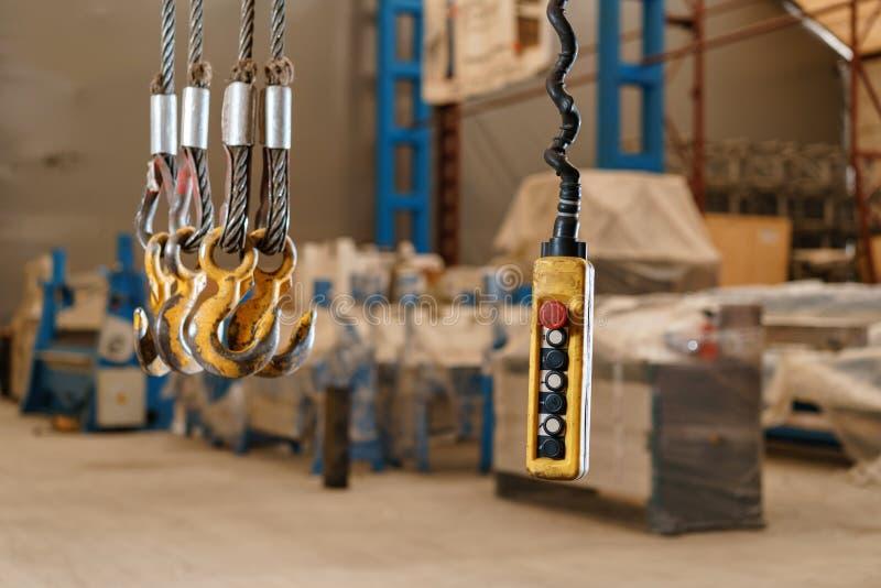 Interruptor pendiente teledirigido del movimiento para la grúa de arriba en la fábrica imágenes de archivo libres de regalías