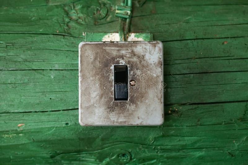 Interruptor sujo velho na parede de madeira foto de stock royalty free