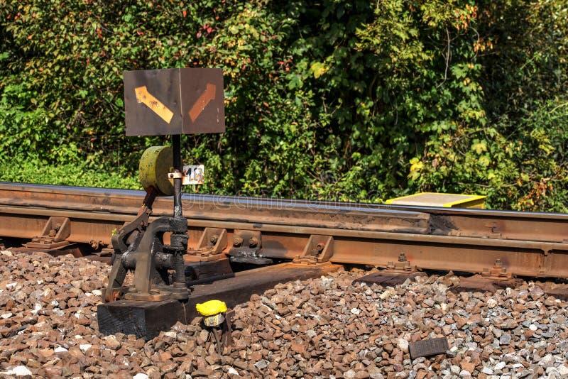 Interruptor transversal da estrada de ferro velha coberto com o óleo e a sujeira pretos Trilho t imagem de stock royalty free