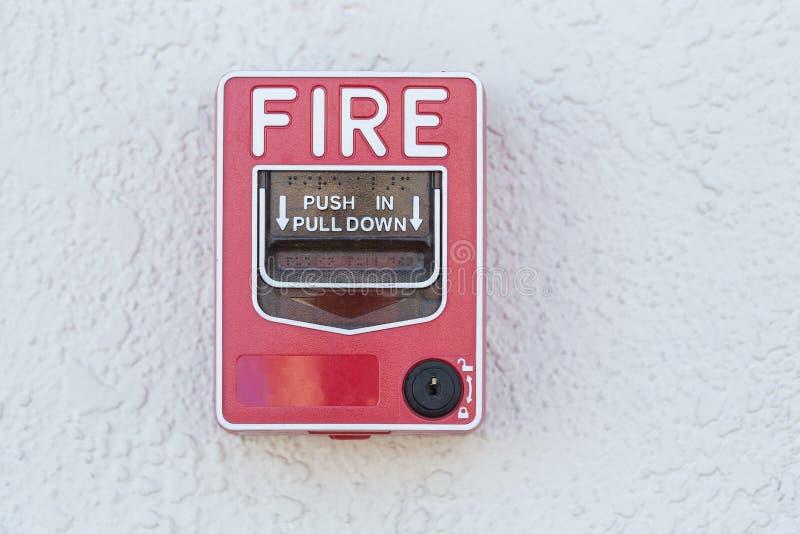 Interruptor vermelho do alarme de incêndio na parede fotos de stock