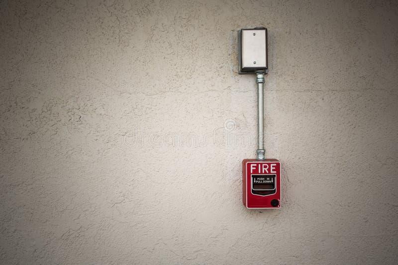 Interruptor vermelho do alarme de incêndio na parede branca fotografia de stock royalty free