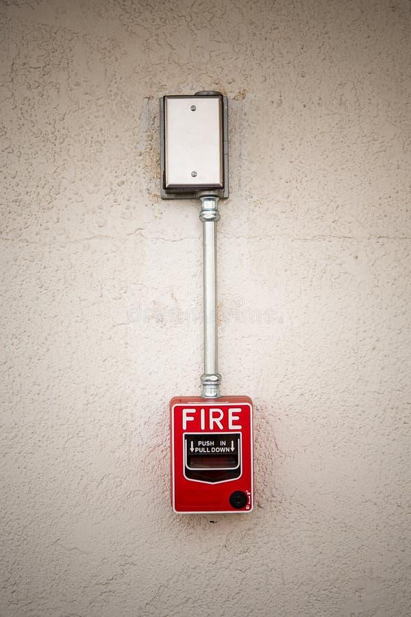 Interruptor vermelho do alarme de incêndio na parede branca fotos de stock