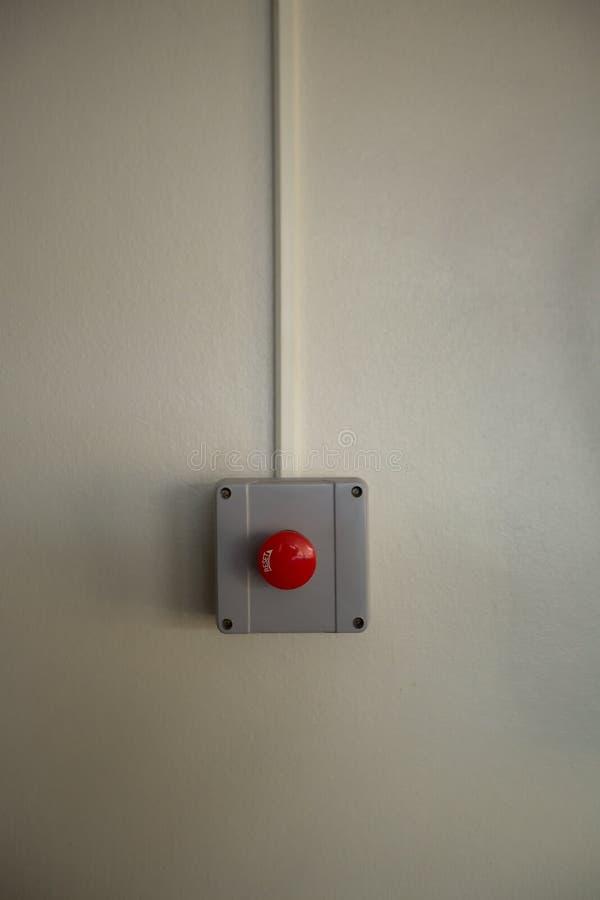 Interruptor vermelho do alarme de incêndio na parede do cimento fotos de stock royalty free