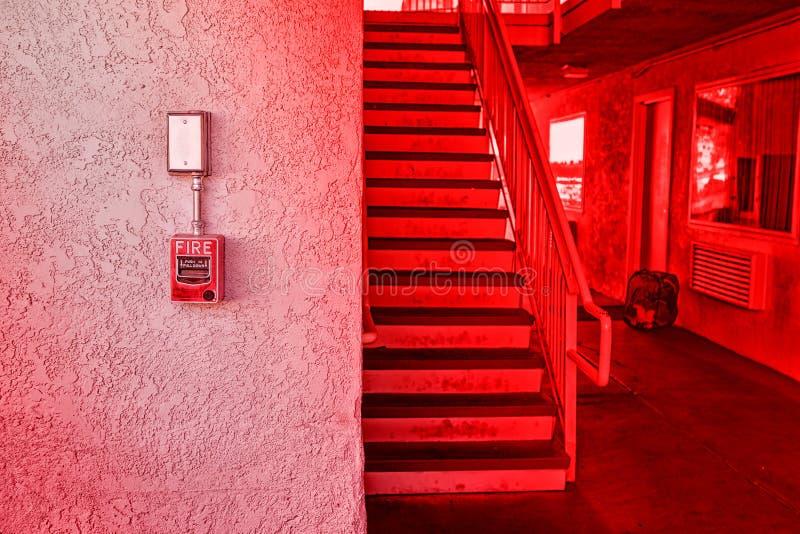 Interruptor vermelho do alarme de incêndio na parede do cimento imagem de stock royalty free