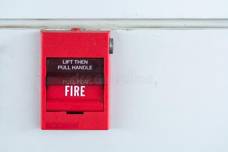 Interruptor vermelho do alarme de incêndio na parede exterior do cimento do buil comercial fotografia de stock