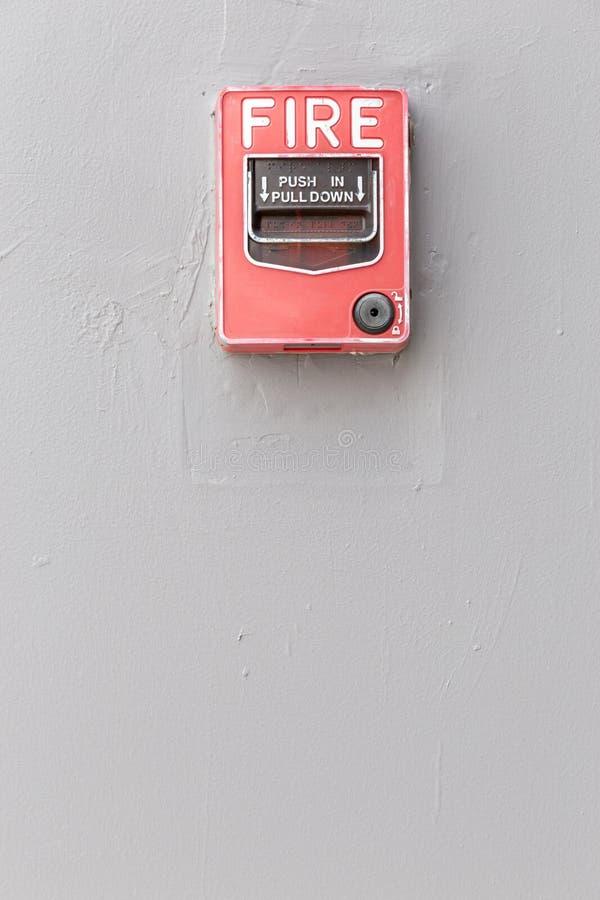 Interruptor vermelho do alarme de incêndio na parede exterior do cimento do buil comercial imagens de stock royalty free