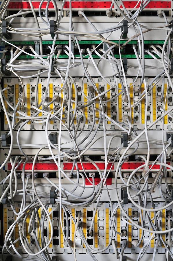 Interruptor y cables de red fotos de archivo