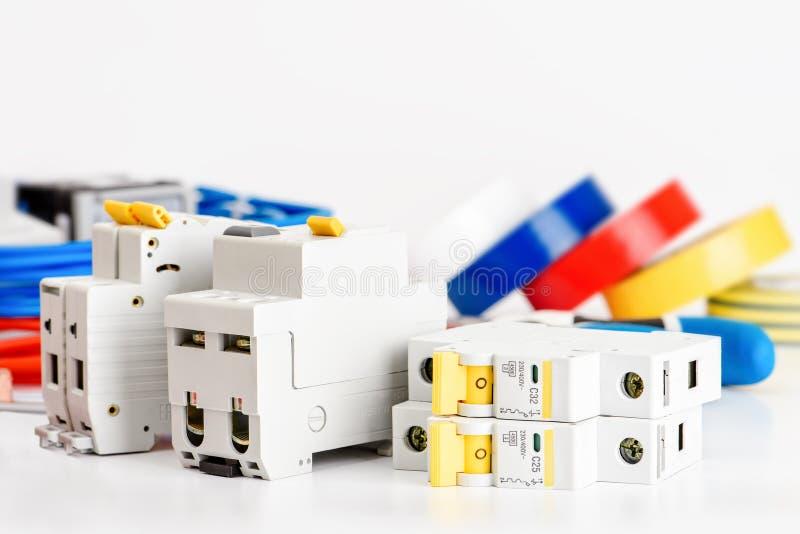 Interruptores automáticos, único cabo de cobre do núcleo Acessórios para a instalação elétrica segura e segura el?trico fotos de stock royalty free