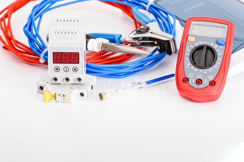 Interruptores automáticos, único cabo de cobre do núcleo Acessórios para a instalação elétrica segura e segura el?trico imagens de stock