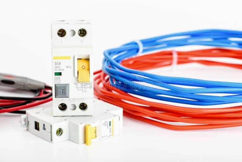 Interruptores automáticos, único cabo de cobre do núcleo Acessórios para a instalação elétrica segura e segura el?trico foto de stock