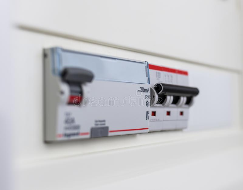 Interruptores automáticos em uma caixa do fusível Painel de controle do poder imagens de stock