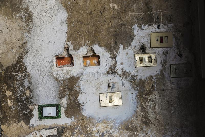 Interruptores de la luz puestos caótico en la pared en Palermo, Italia fotografía de archivo