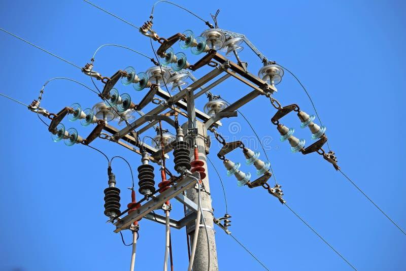 interruptores grandes de uma linha elétrica de alta tensão com o polo concreto foto de stock royalty free