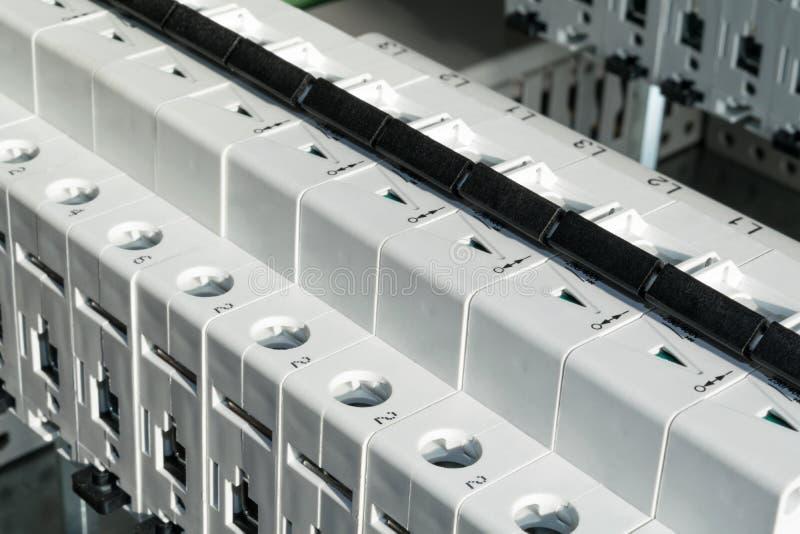 Interruptores modulares instalados no armário bonde fotografia de stock
