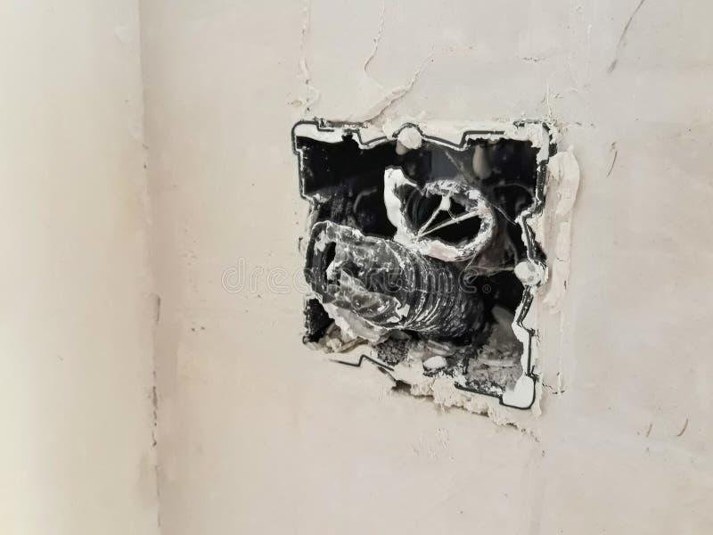Interruttore della luce senza il piatto sulla parete per rinnovamento fotografia stock libera da diritti