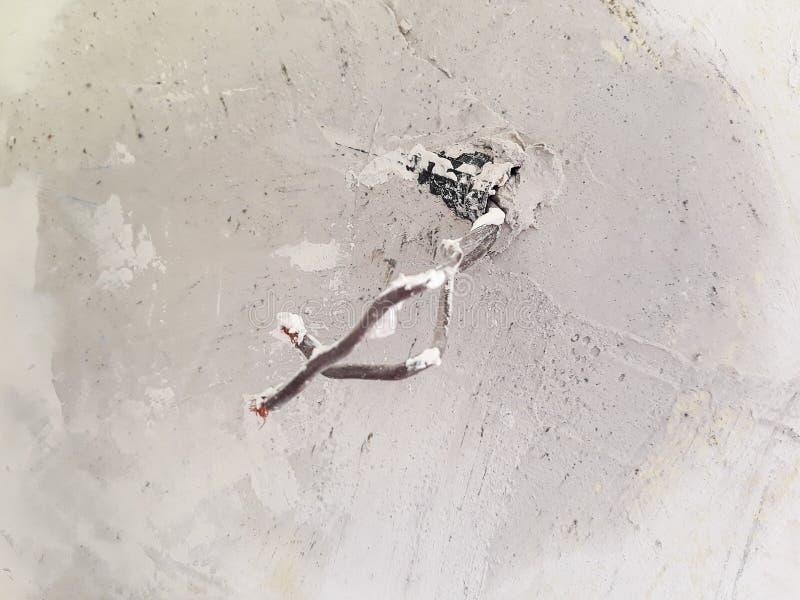 Interruttore della luce senza il piatto sulla parete per rinnovamento fotografia stock