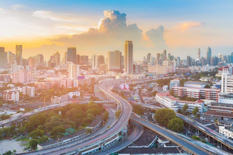Interseção da estrada com a cidade de Banguecoque do centro com após fundo do céu do por do sol fotos de stock
