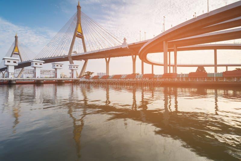 A interseção da estrada conecta à ponte de suspensão gêmea imagem de stock royalty free