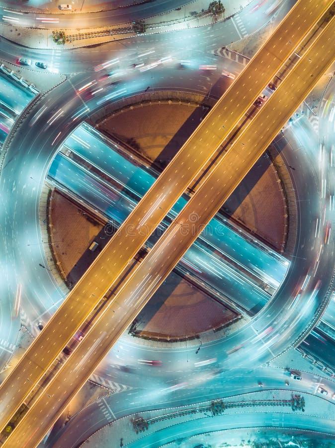 Interseção da estrada da estrada no crepúsculo para o fundo do transporte, da distribuição ou do tráfego imagem de stock royalty free