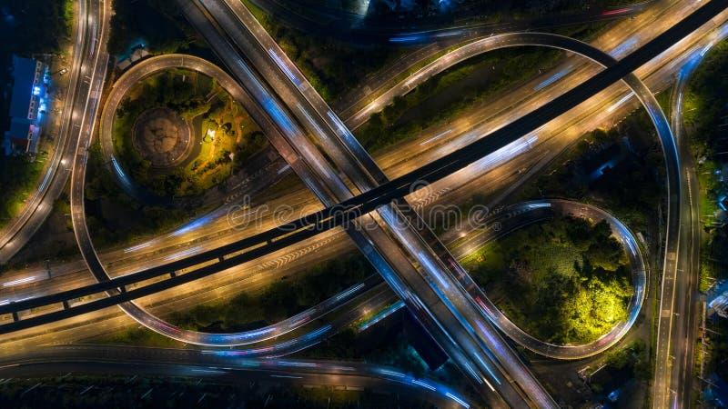 Interseção da estrada ou da estrada no crepúsculo para o fundo do transporte, da distribuição ou do tráfego fotos de stock royalty free