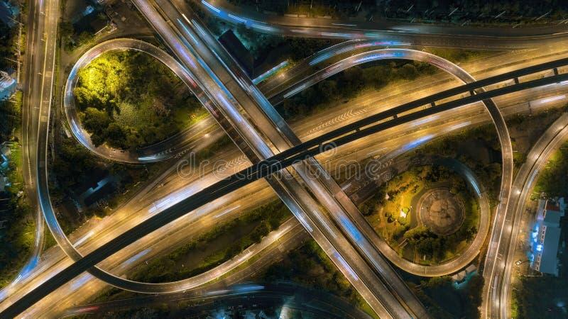 Interseção da estrada ou da estrada no crepúsculo para o fundo do transporte, da distribuição ou do tráfego imagens de stock royalty free